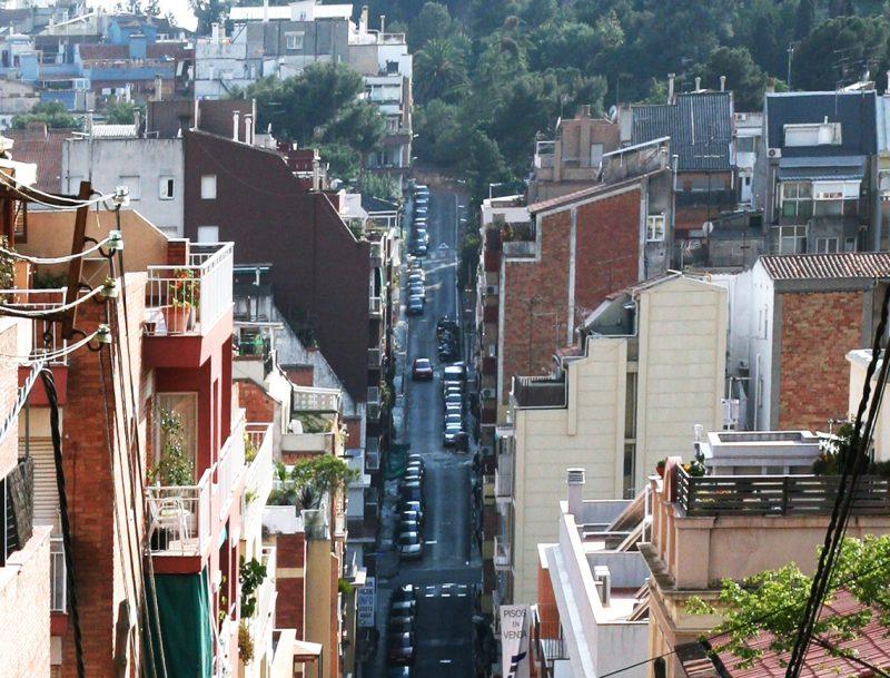 Stradă din Barcelona plină de clădiri cu etaj retras