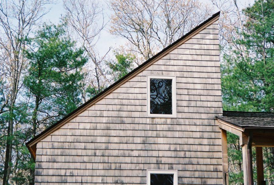 Casă de lemn cu acoperiș cu o singură pantă