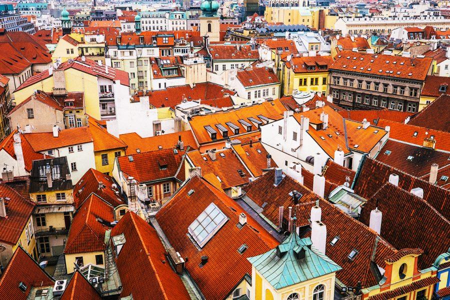 Panoramă oraș cu acoperișuri cu două pante