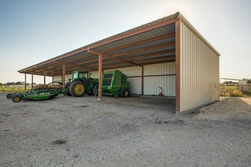 Garaj descoperit la o fermă
