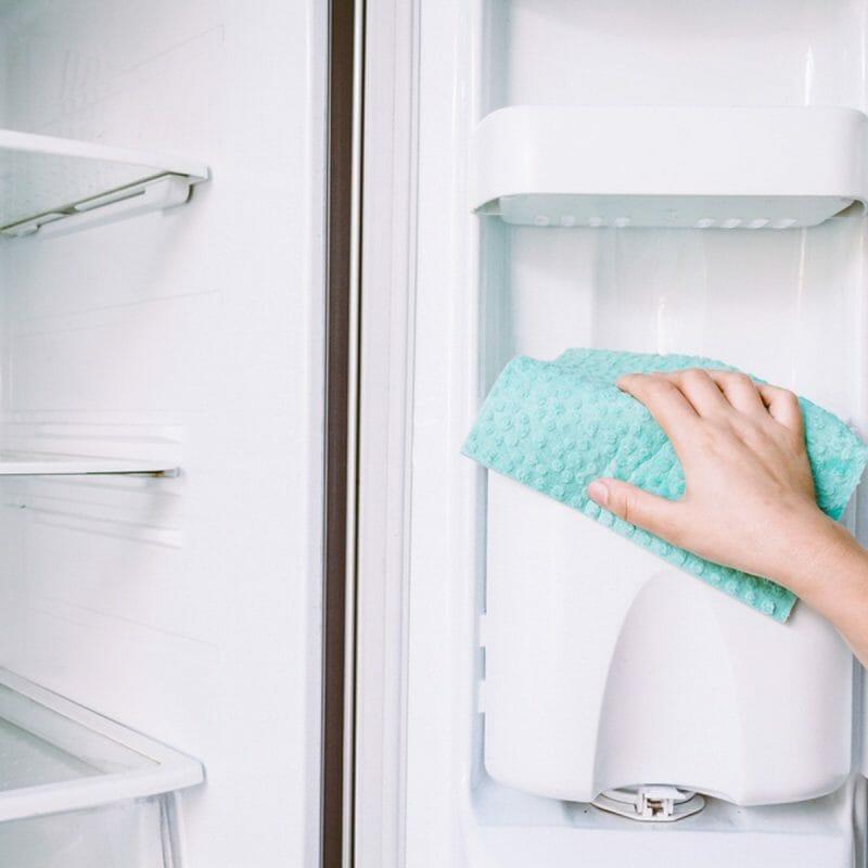 Cum să curăţaţi frigiderul