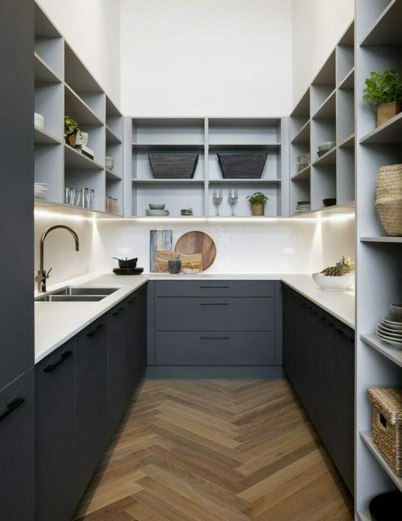 bucătăria cu rafturi deschise