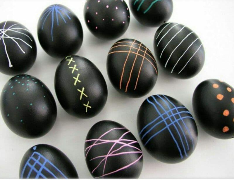 oua decorate cu vopsea de tabla de scris