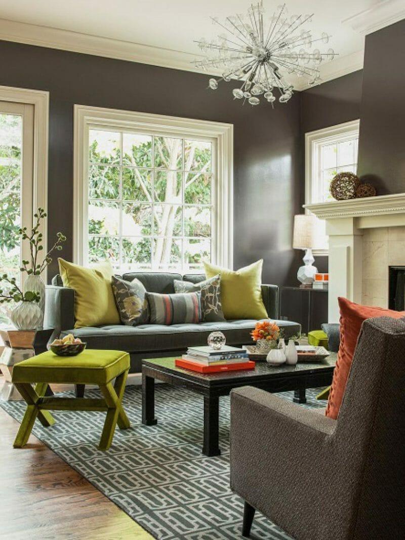 scaune mici colorate in living